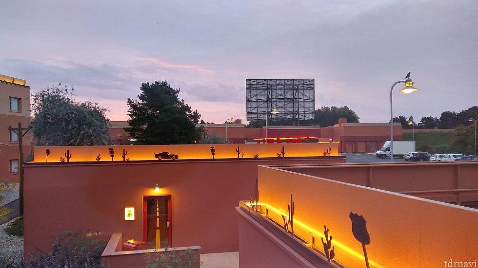 部屋から見たホテル。夜になるときれいです。