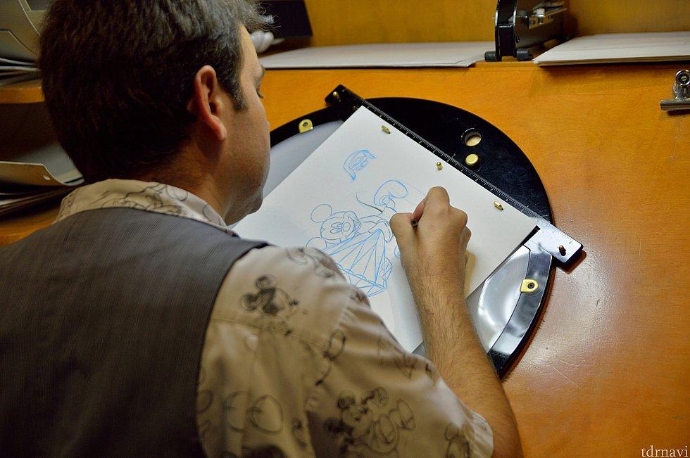 隣のショップではアニメーターが描いた絵などが売っています