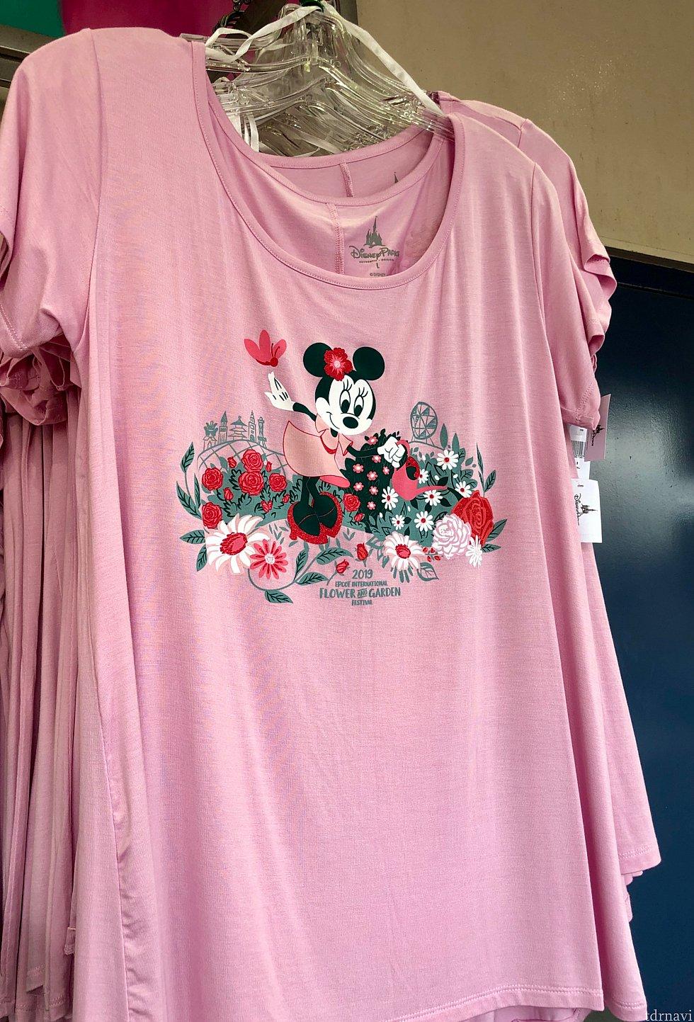 イベントミッキーグッズとは違い、ポップでモダン系のミニー。こちらのTシャツは$34.99。