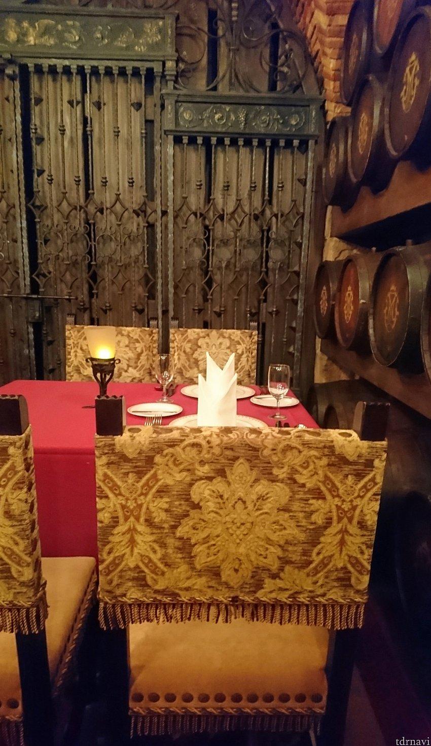 テーブルクロスに映える食器、ゴージャスな椅子。