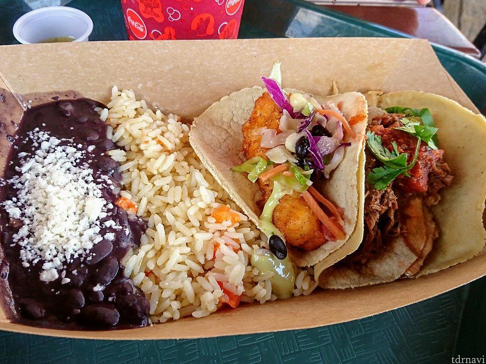 3種のタコスプレート。 【右】(よく見えないけど)ビーフ【中】チキン【左】フィッシュ。 そしてメキシカンライス、煮豆。 コリアンダー(パクチー)は上に乗ってます。