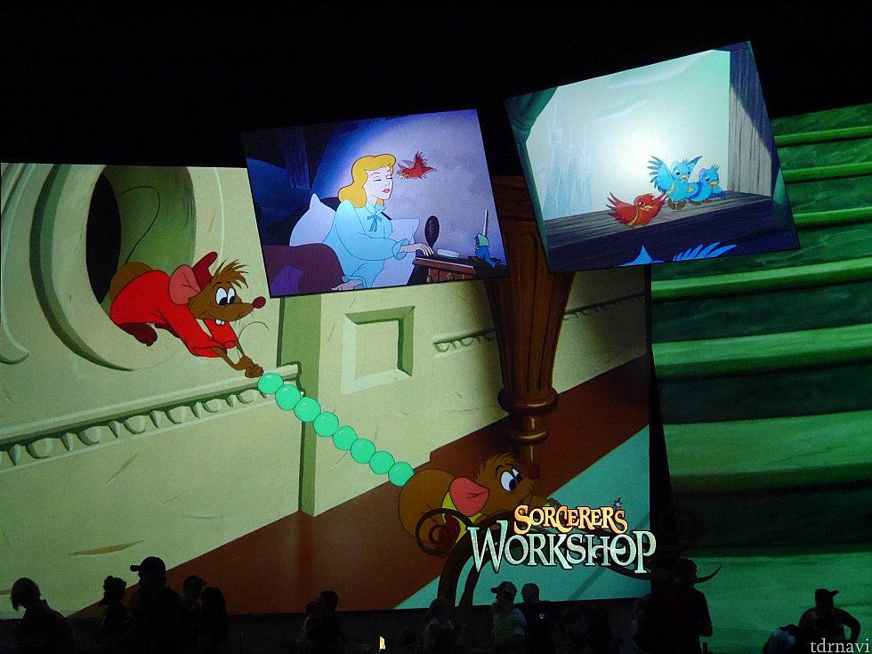 シンデレラ☆色んな大きさのスクリーンがたくさんあり、全て音楽の流れている物語の違う映像が流れています!