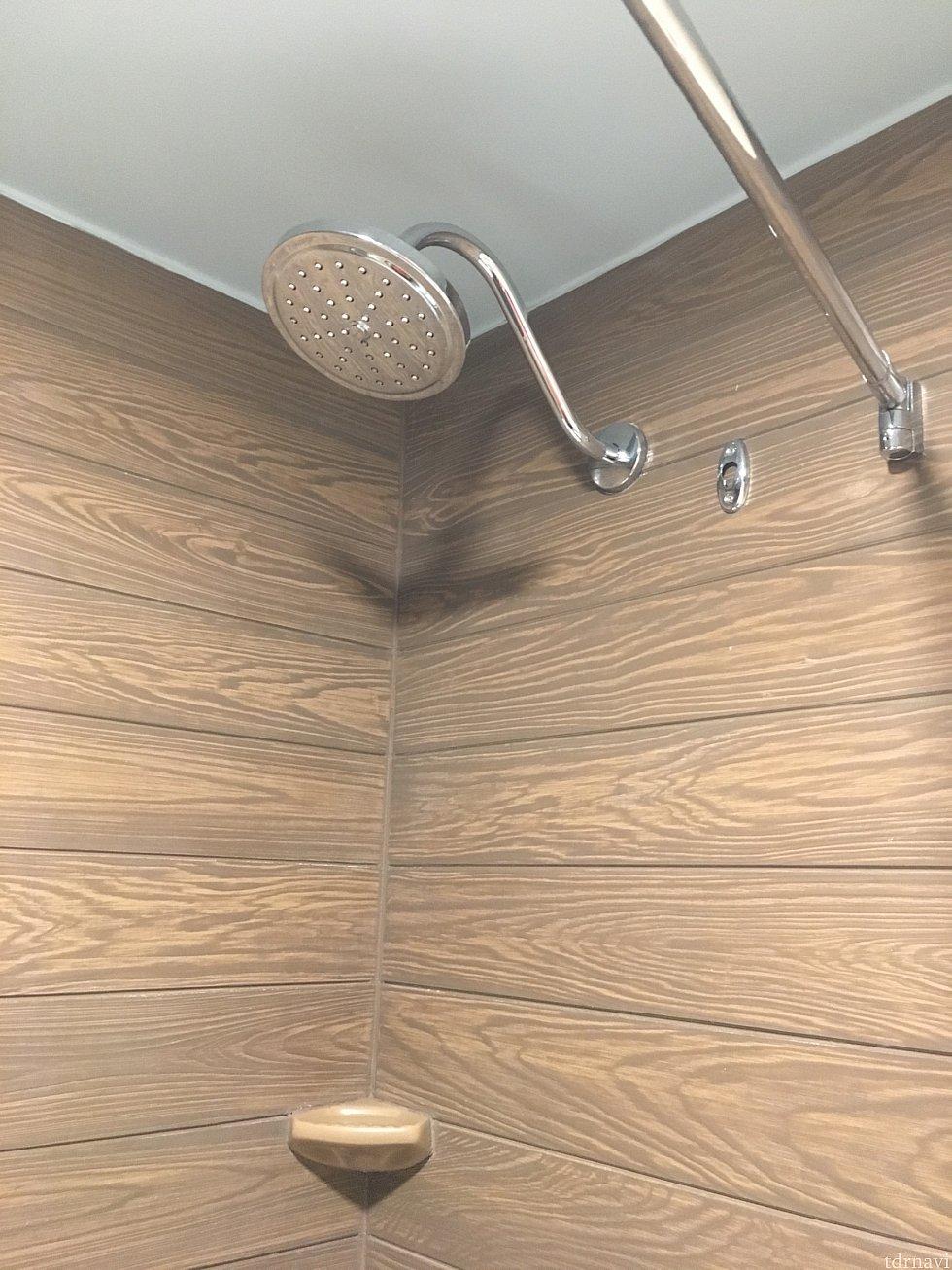 シャワーヘッドは固定式。 水圧が残念でした(^◇^;)