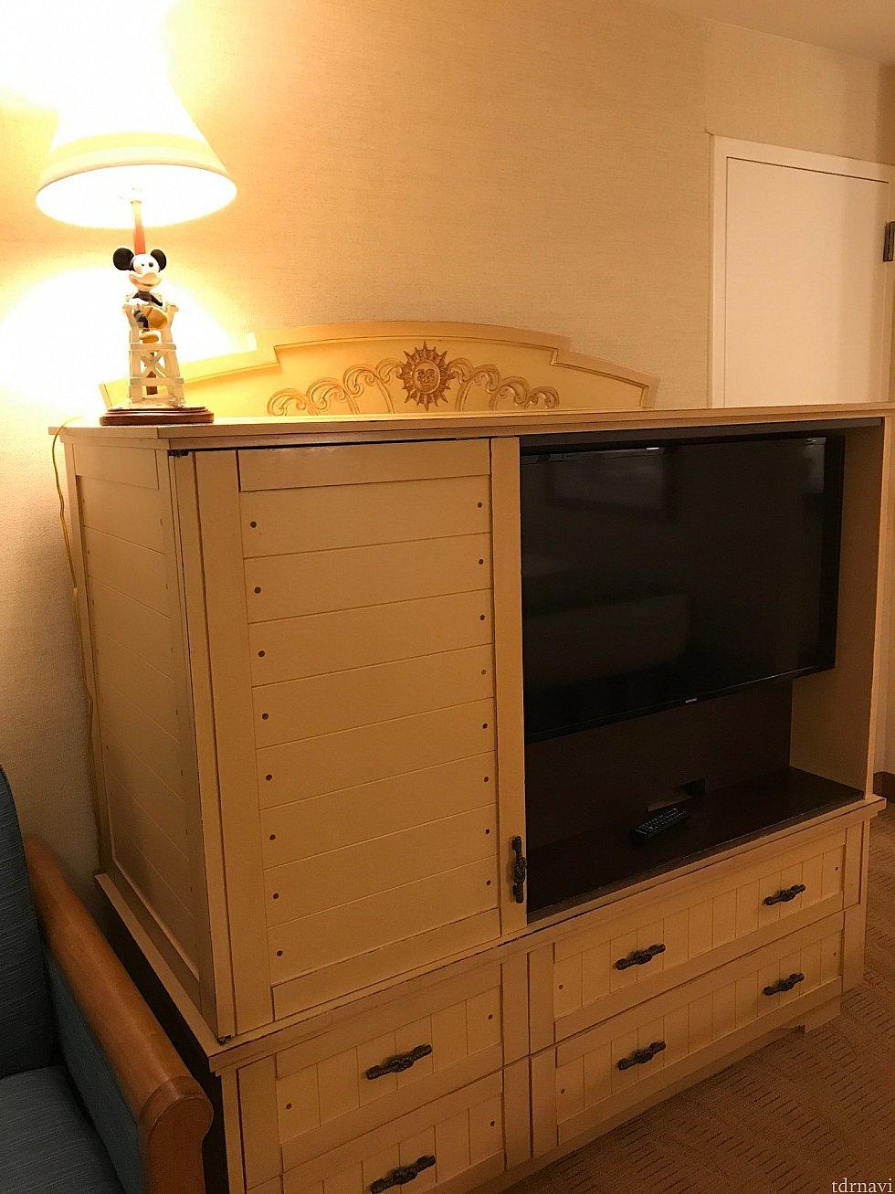 テレビと収納棚です。白い木の素材が雰囲気と合ってます♪