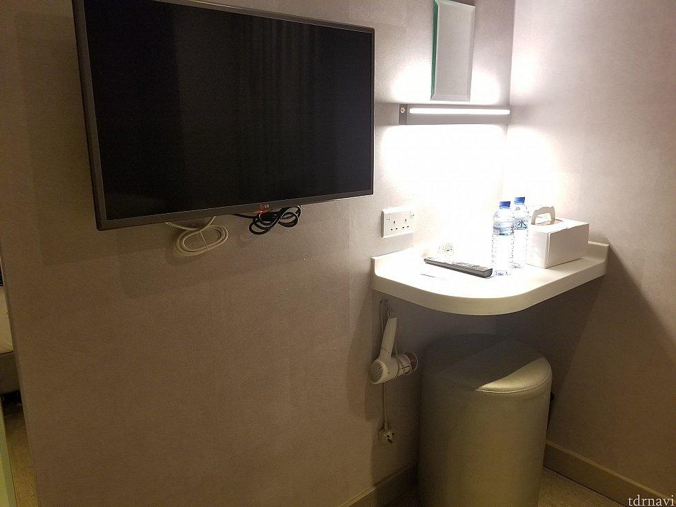 水×2本(無料でした) 壁付テレビ(見てない) ミニデスクの所にコンセント、ドライヤー(パナソニック製)があります。 椅子に座ると鏡が見えません(^_^;) あと部屋が全体的に暗いので化粧は洗面所でしました。