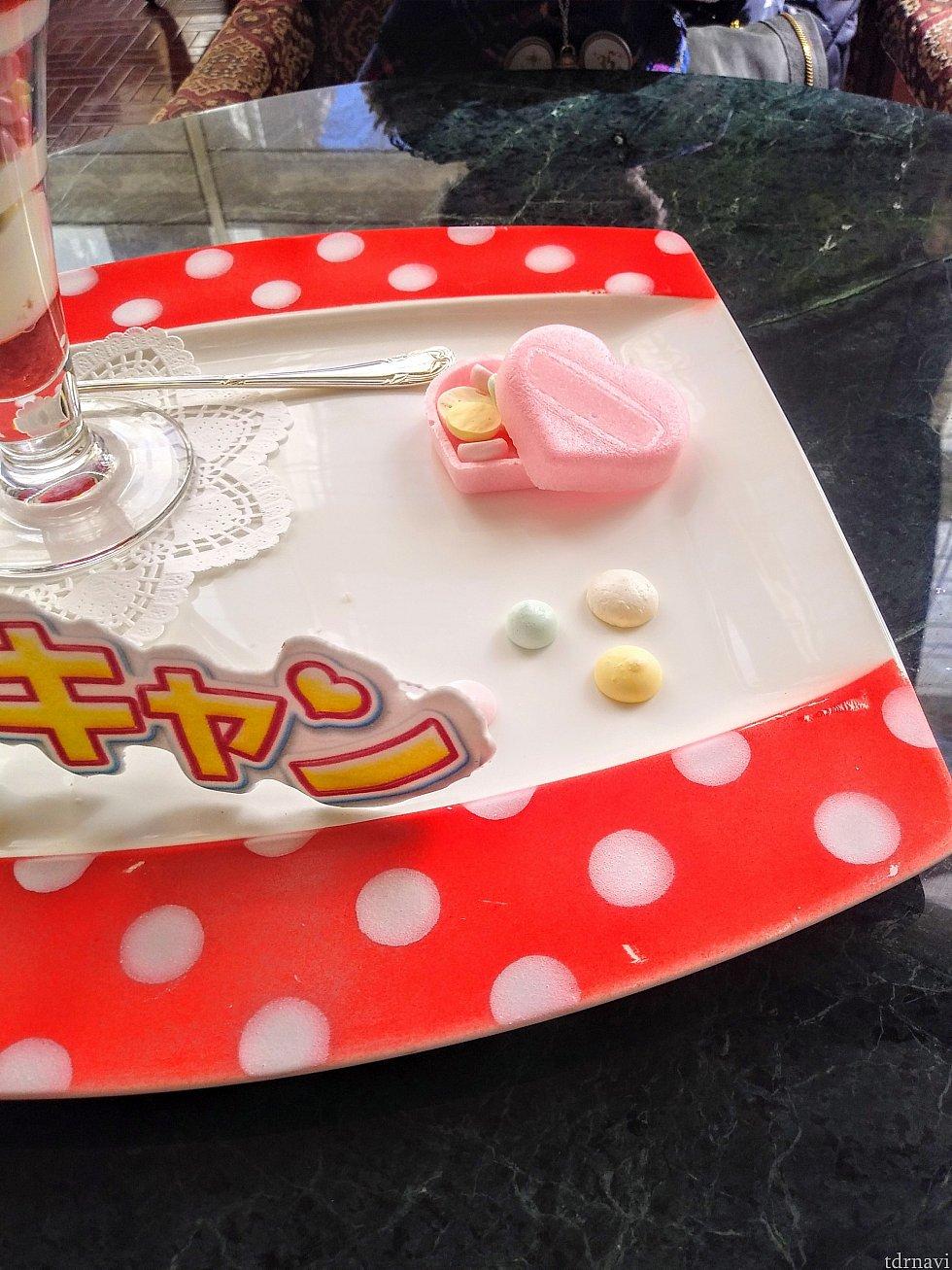 ハート型の最中の中には、カラフルなメレンゲのお菓子が入っていました💕