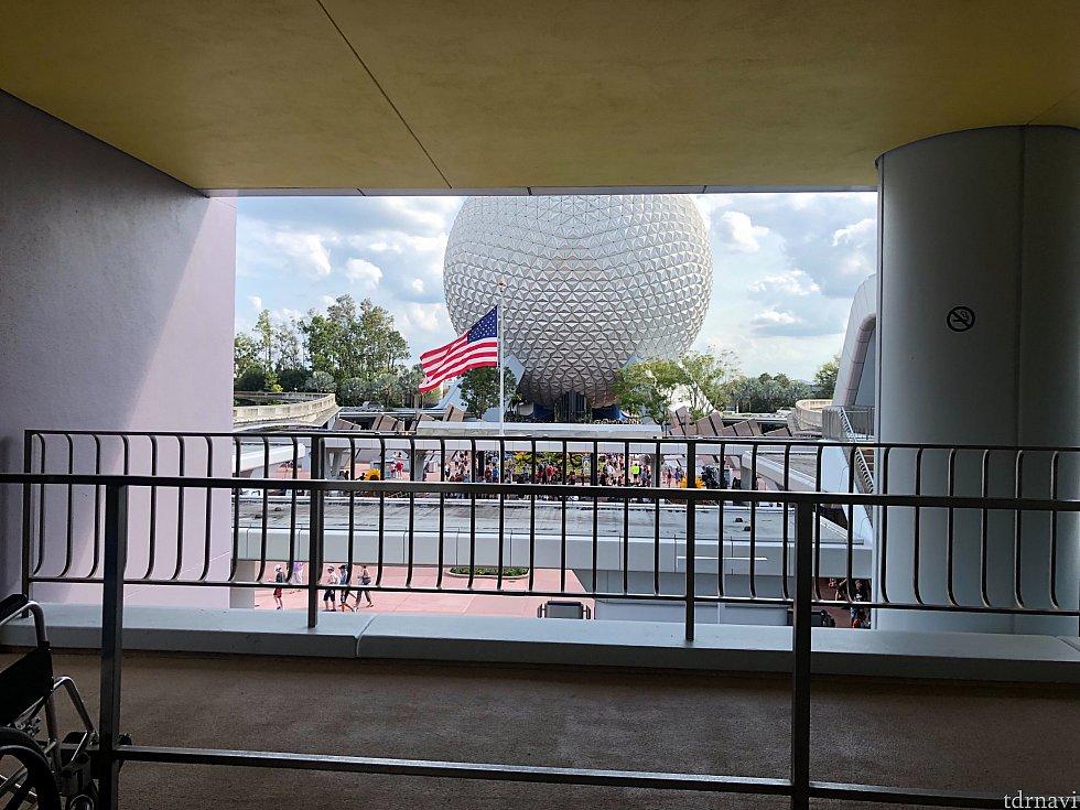 駅からの景色です! アメリカ国旗がエプコットのエントランスにはあります!