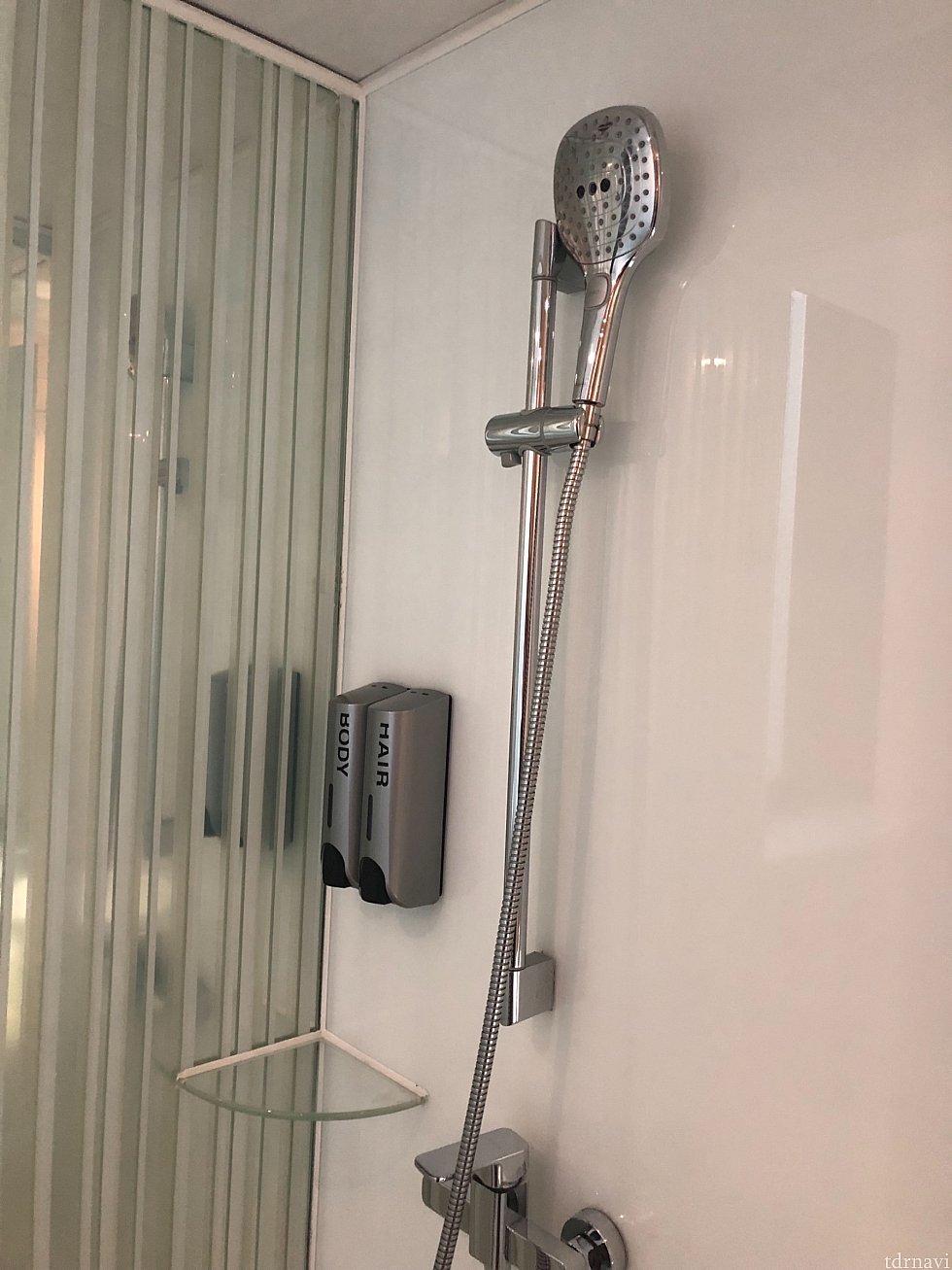 シャワーヘッドは可動式。水圧は問題なく、快適でした。