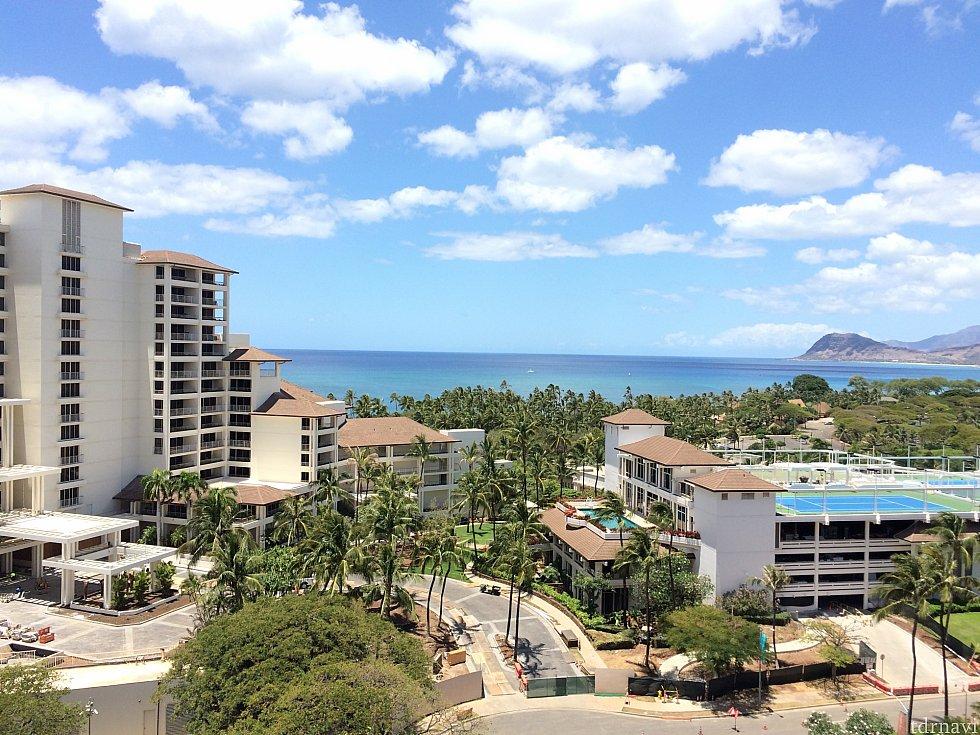 お部屋からの眺め①お隣のホテルが邪魔して海が全面には見えません