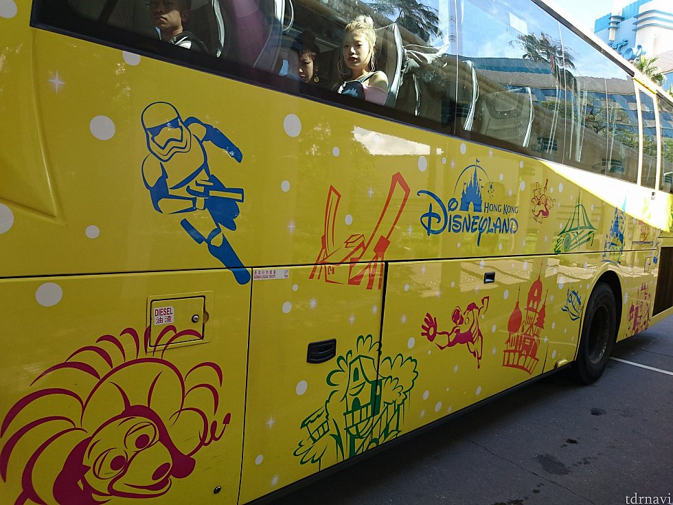 このバスに乗ってパークや他のホテルに移動できます。 この柄のバス以外にも、観光バスのような普通の見た目のバスも着ます。