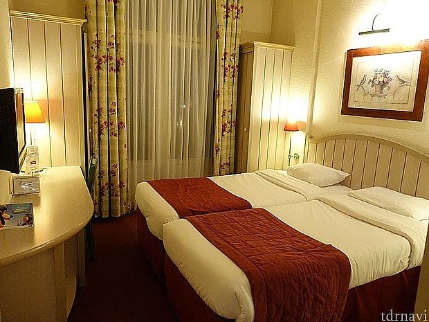 ダブルベッドの部屋。ちょっと狭かった。