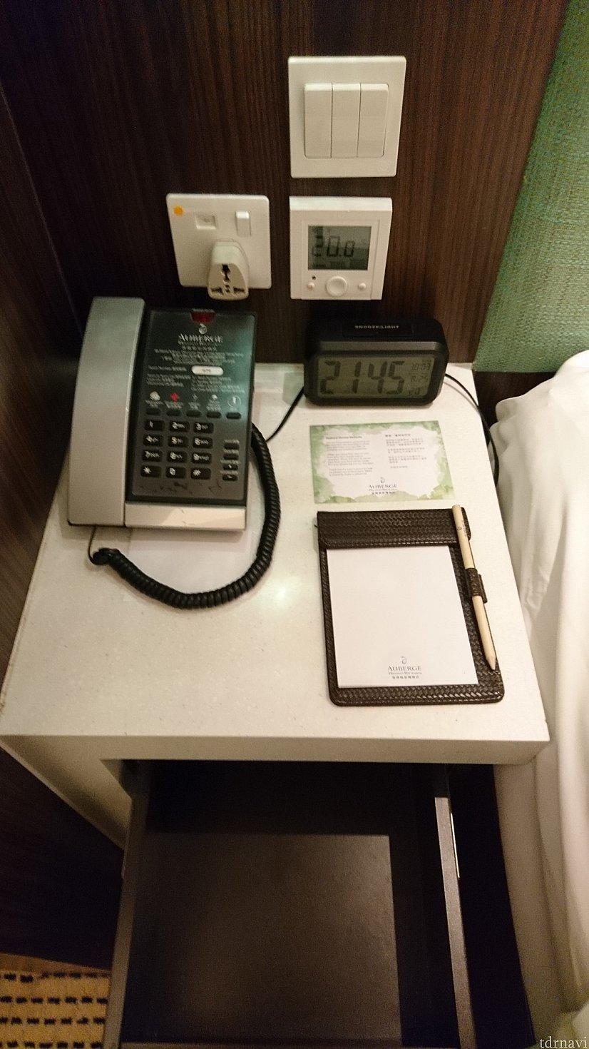 電源はベッド脇に1つあります。変換プラグもあります。 冷房もここで調節します。かなり冷房の効きはいいです!