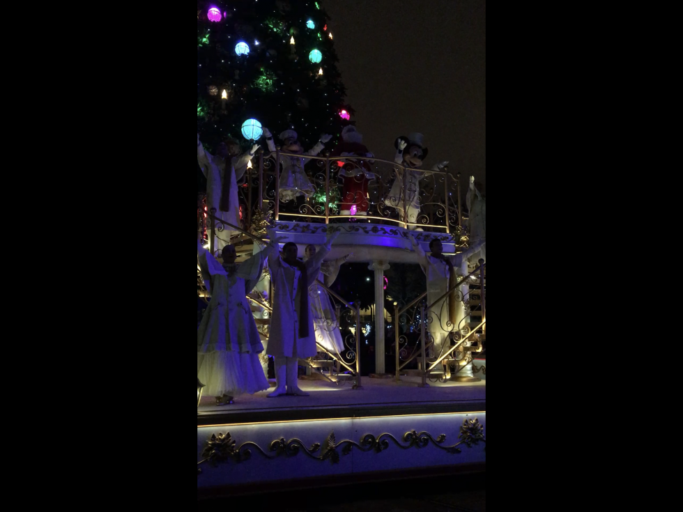ステージの明かりも消え、ツリーの幻想的な明かりを楽しみましょう