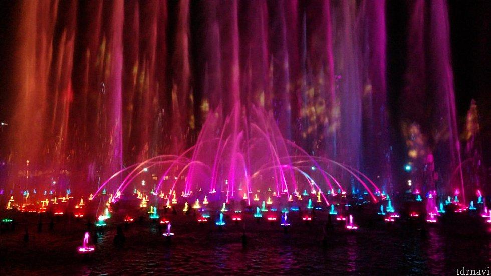 色とりどりの噴水が踊ります。