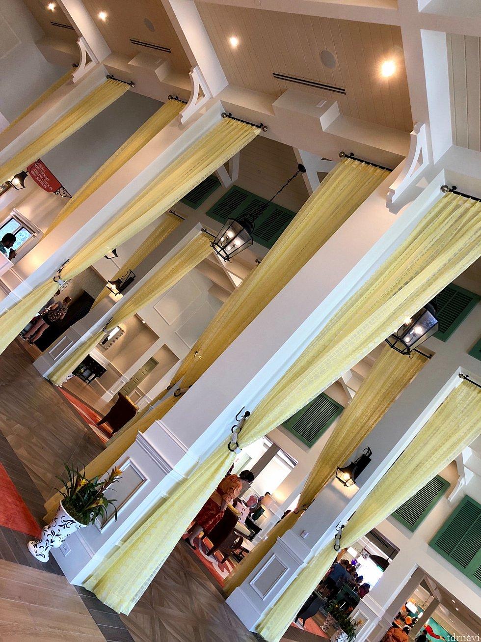 天井の高いロビーは開放的。丈の長いカーテン風のデコレーションが良い感じです。