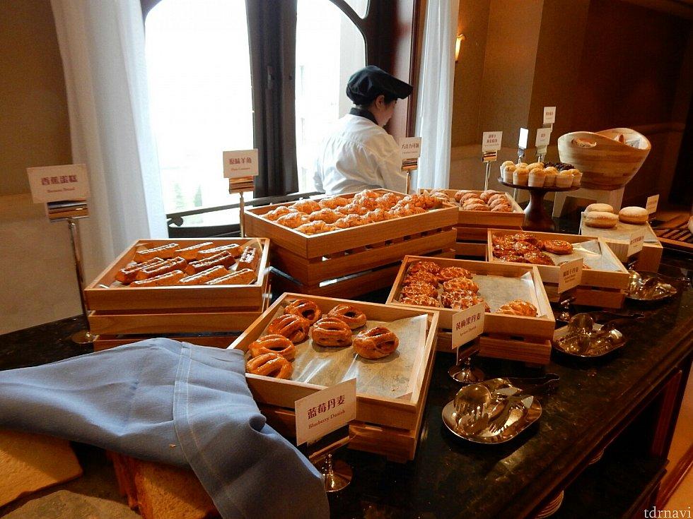 朝食は、おいしそうなパンがいっぱい!どれを食べるか悩んじゃいます