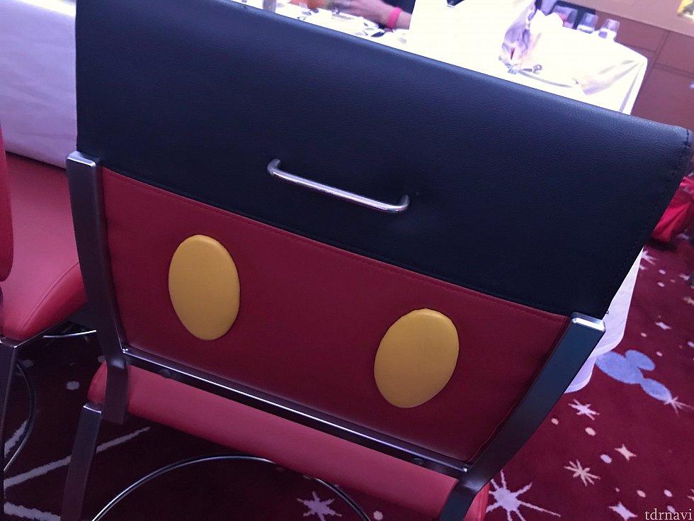 椅子はミッキーデザイン
