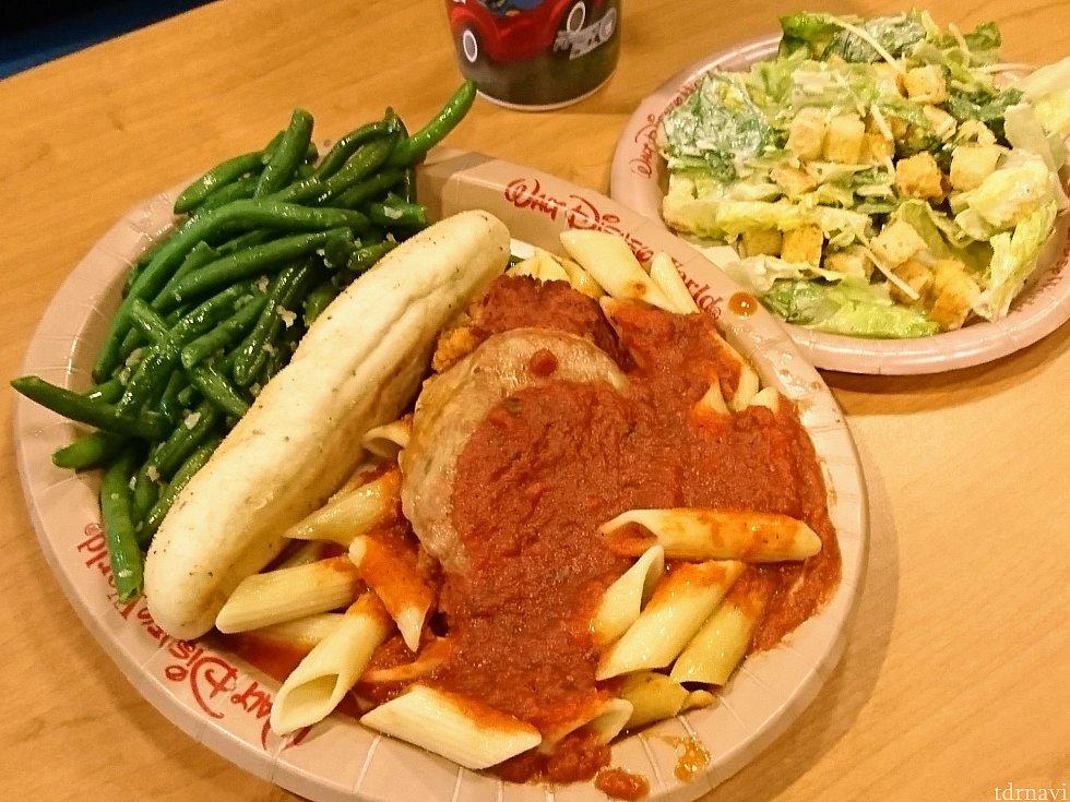 チキンとトマトソースのペンネパスタ、付け合わせはグリーンビーンズとシーザーサラダ。パンも付いてきます。 早速アメリカンサイズの洗礼!