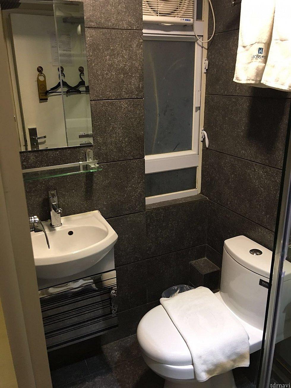 トイレとシャワーは一体式となっています。