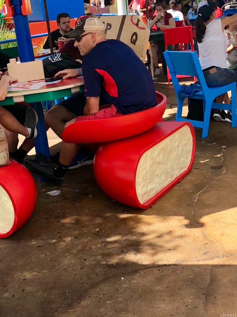 これは先程のbabybelのチーズの椅子ですね。赤い部分はロウになっていて、真ん中の紐を引っ張るとチーズが半分になります。それを椅子にしてるって事ですね。