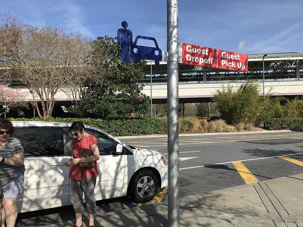 ここがユニバーサルのピックアップ、ドロップオフエリア。パーク真ん前に車をつけられないので、強制的にここで降ろさせられます。