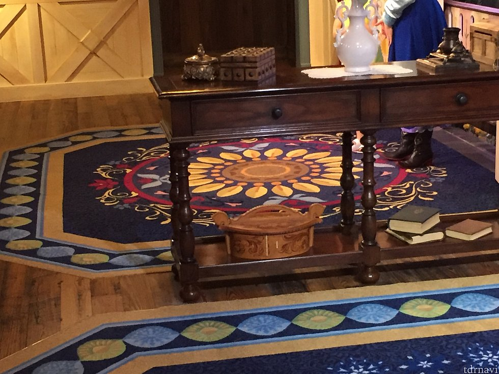 アナの絨毯はひまわりのモチーフ