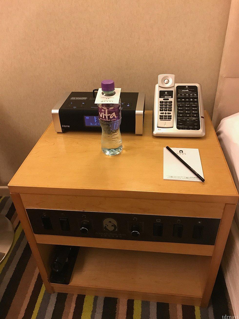 枕元のテーブルには無料のお水。