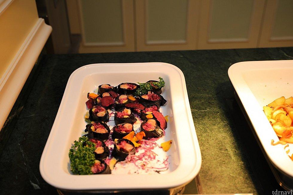 サルシッチャとチーズのトルティーヤロール トルティーヤがイカスミで黒仕様! ハロウィン風の見た目でも楽しめる料理ですね♪ カメラ設定 F値 4.0 SS 1/125 ISO 500 WB 4000 ストロボ使用