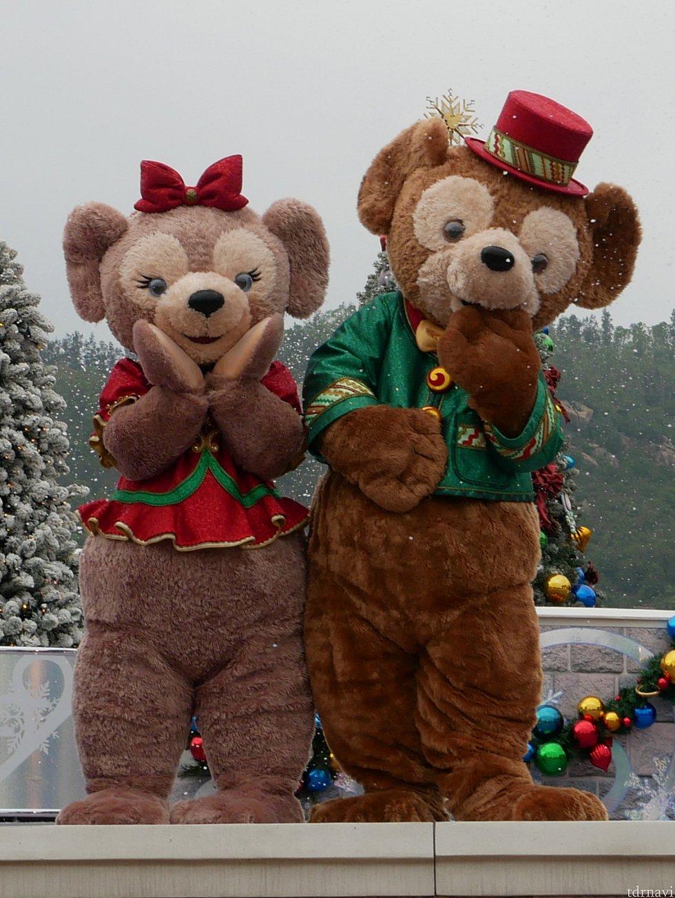 もとからかなり厚い雲がかかっていたのに加え、雪の演出で香港なのに寒そうな写真が出来上がりました(笑)クリスマスの衣装にぴったりですね!
