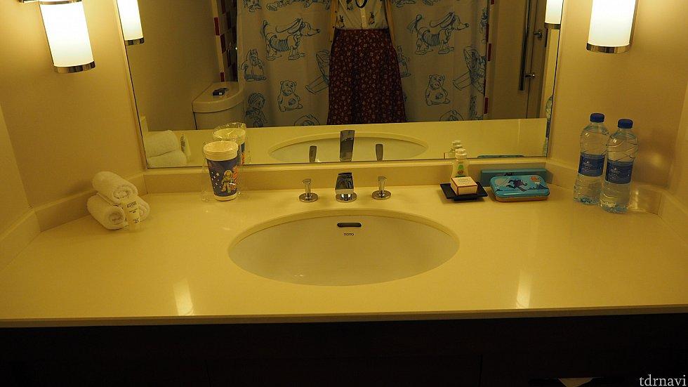 洗面所。蛇口左側の歯磨き用カップは無くなると補充してくれます。なので、お持ち帰りもOKです!