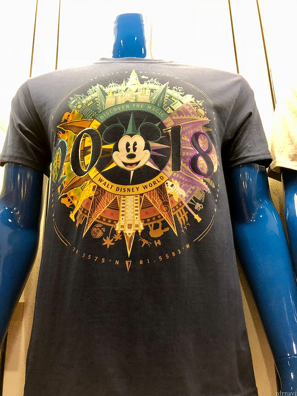 2018年グッズのロゴ、かなりデザイン性が高いと思うんですが、良く見ると、WDWの4パークのランドマークが描かれているんですね。このTシャツは一番そのロゴがはっきりわかるグッズだと思います。$24.99
