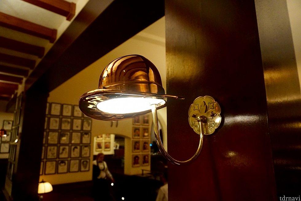 ブラウンダービーレストランの象徴であるこの帽子がランプのカサになっていました。