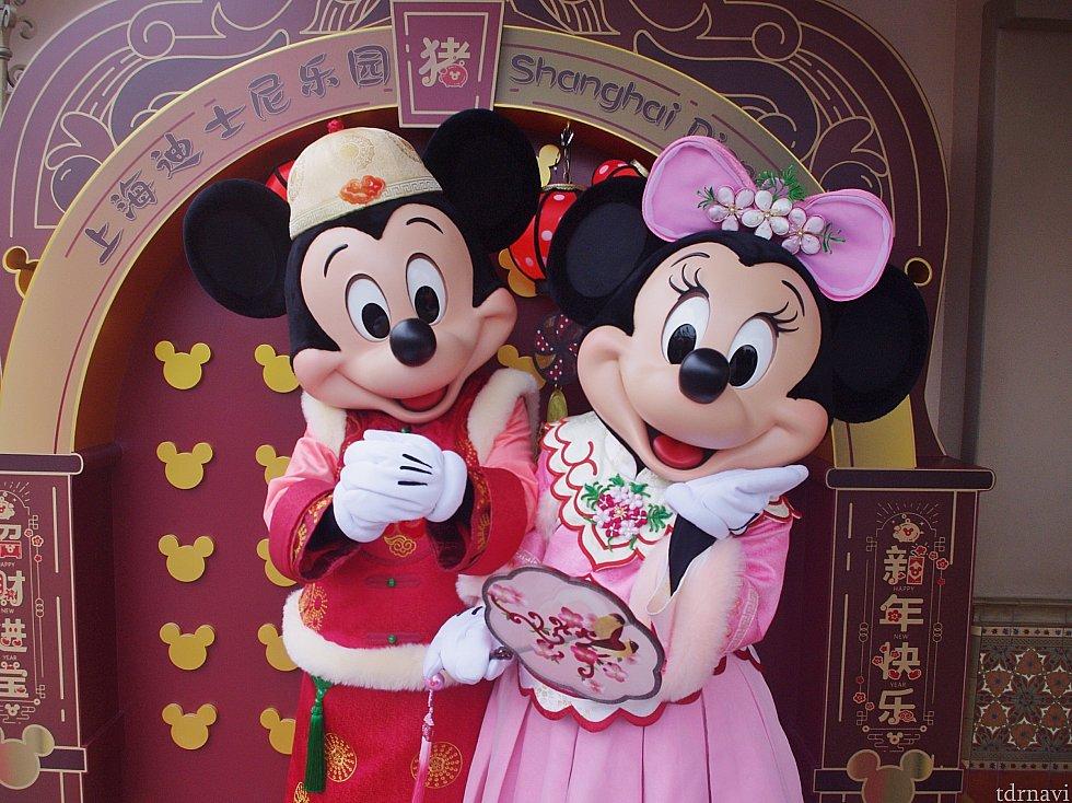 ミッキーはやっぱり赤が似合う!ミニーちゃんはうちわを持っています♡スカートの丈やレース具合も素敵!!