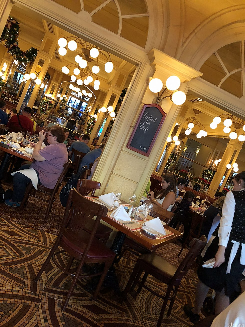 レストラン内の雰囲気。本当にフランスにいるような気分にさせてくれます。この日のサービスも最高に良かったです。