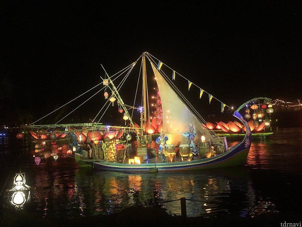 人が乗る船2台あり。1船2人で計4人
