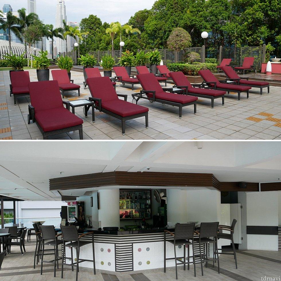 プールサイドでまったり日光浴するのに十分な席があります。時間によってはアルコールも提供しているようでした🍸