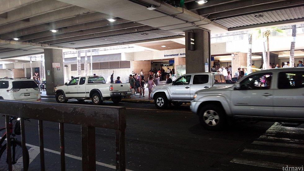乗り場である中央分離帯から空港出口を見たところです。