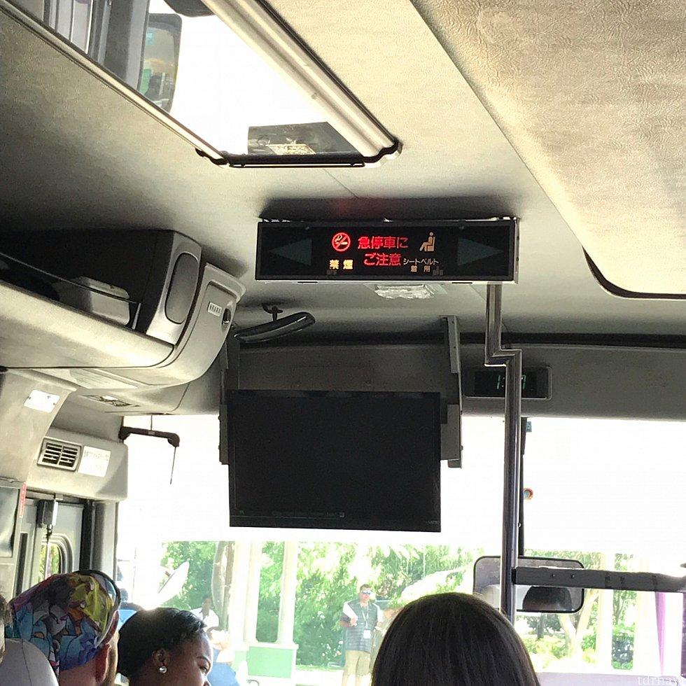 なんと日本のバスの中古車w降車ボタンがありました。押したら「ピンポーン」って言うんだろうか…