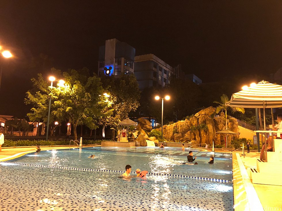 夜のプールも大人気。