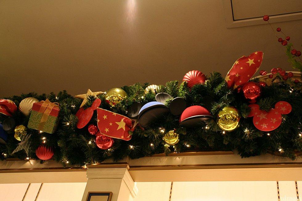 ディズニー&カンパニーの店内。イヤーハットが飾られています。