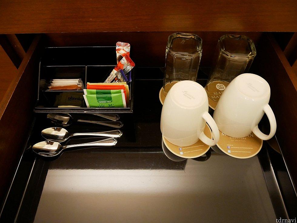 煎茶や紅茶が付いています。お水は枕元に2本あります。
