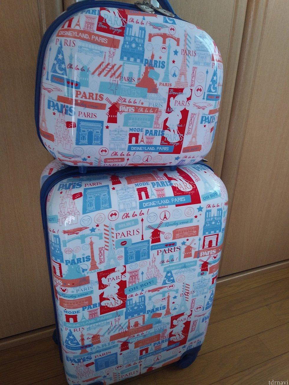 ディズニーランドパリ限定スーツケース。パリの名所とミッキーシルエット、ディズニーランドパリなどの文字が散りばめられている。