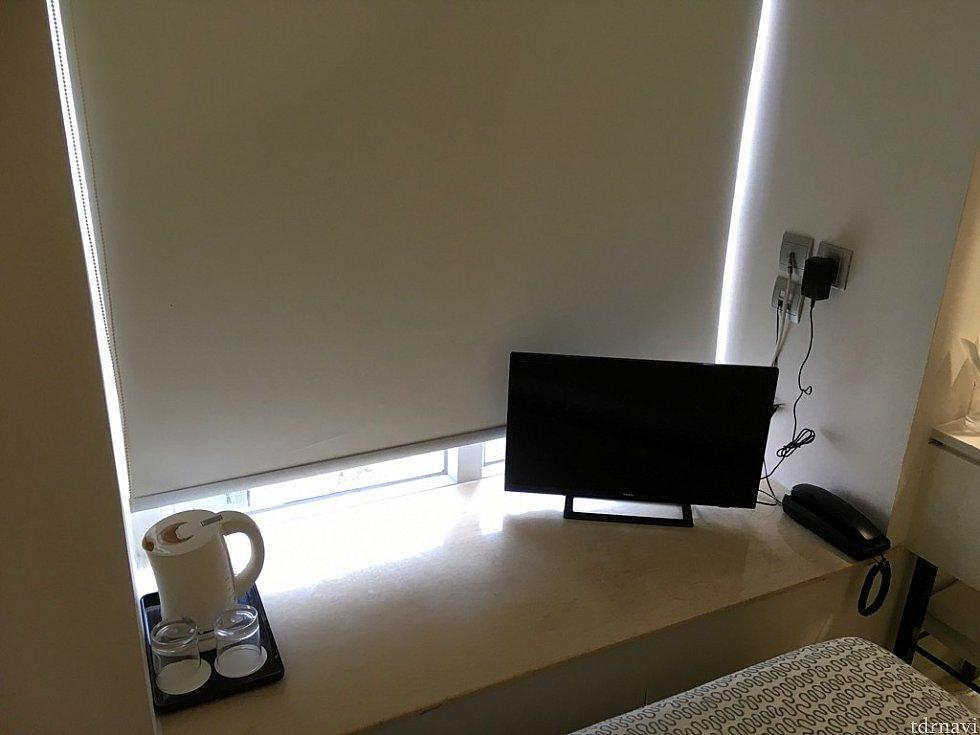 窓際にテレビと湯沸かしポットが。6階のため、眺望はそれほど良いわけではないです