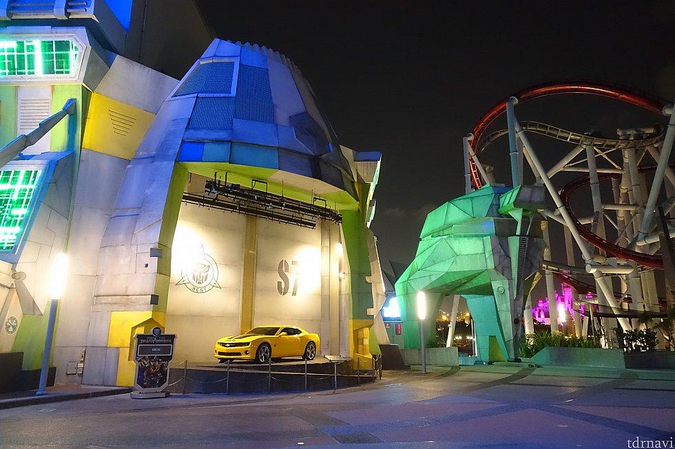 バンブルビーの自動車が飾っている場所でグリーティングを実施しています。
