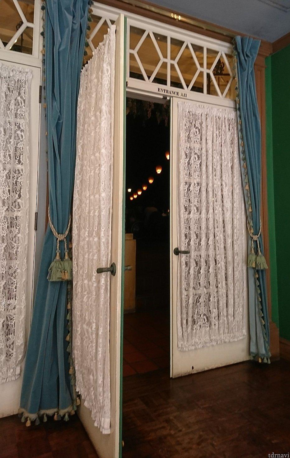 ドアの隙間から提灯が見えてワクワク😆