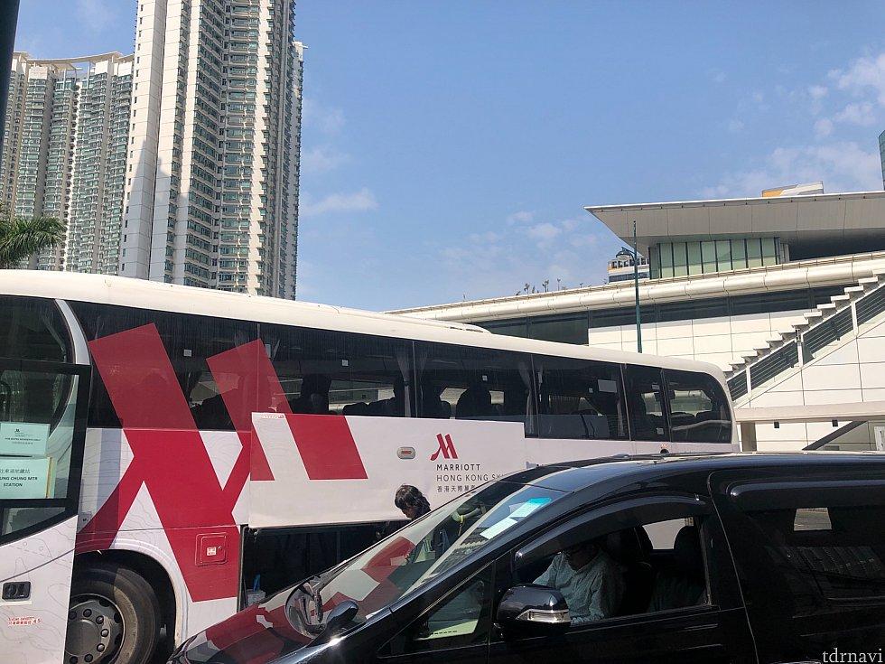 東涌駅からのマリオットシャトルバスは、タクシープール内に時間になると到着します。特に決まったバス停はありません。