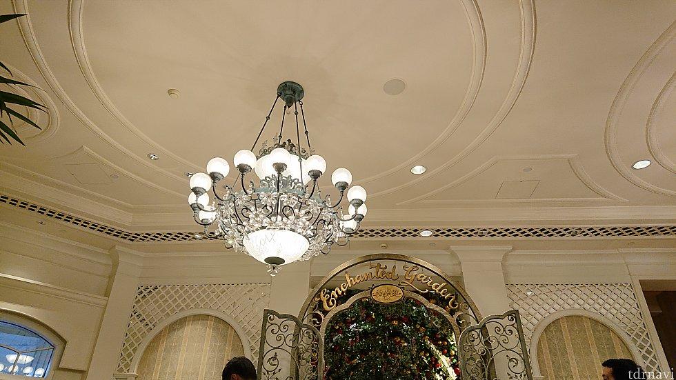 入り口付近の天井もどことなくクリスマスの雰囲気?