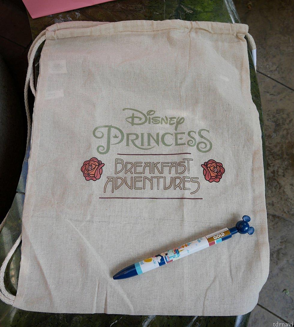 外にでる少し前に記念品が渡されます。布袋とボールペン。うむ...