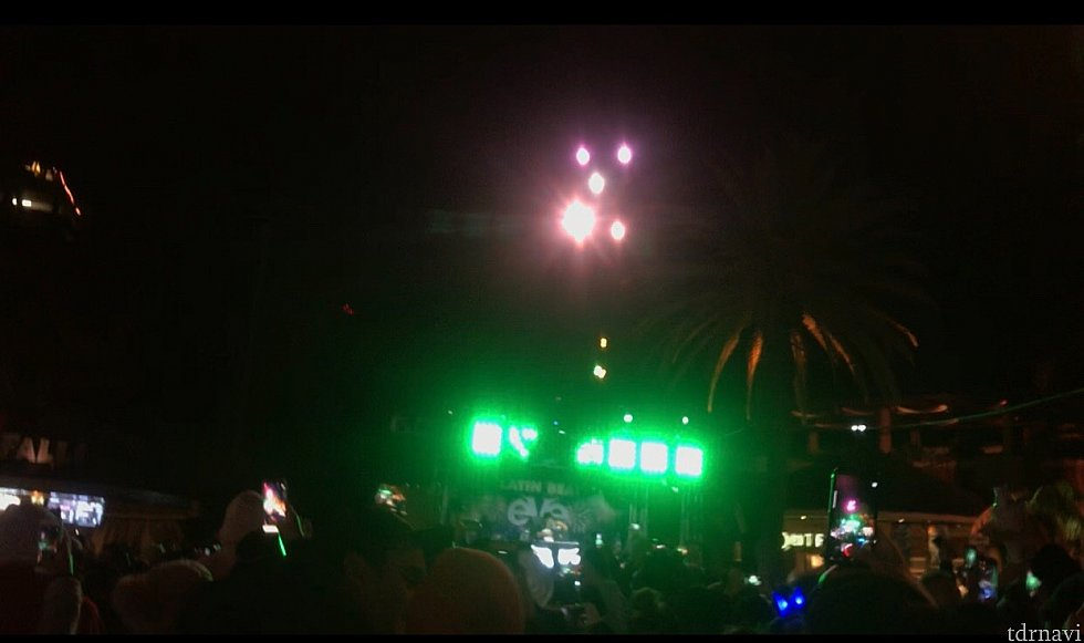 ロウワーロットのDJブース! 花火が見えるとあって、人がたくさんいました!