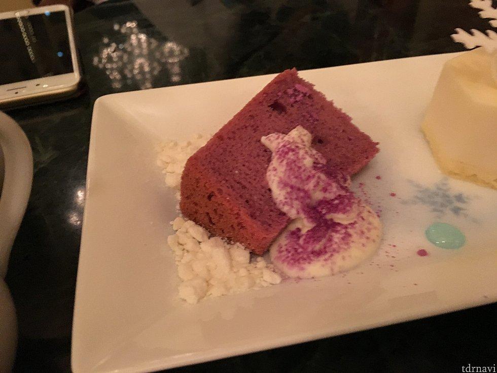 紫芋のシフォンケーキは優しい美味しさです。